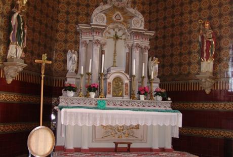 Altarraum mit alten VuB - Kacheln